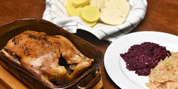 Pečená kachna, zelí a knedlíky až pro 4 osoby