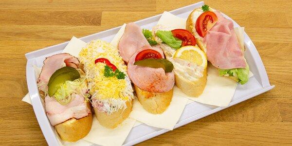 Bohatě nazdobené chlebíčky z Cukrárny Lilly