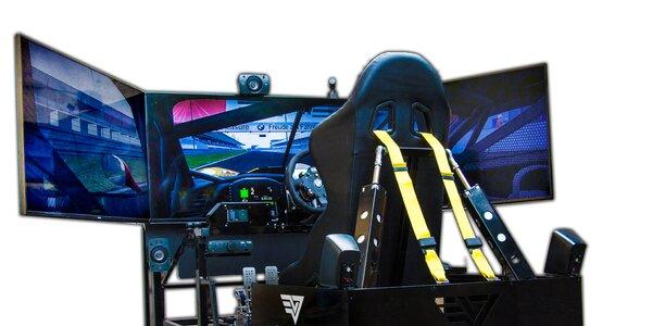 Jízda na promakaném simulátoru závodního auta