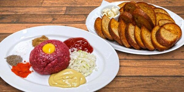 Půlkilový tatarský biftek s šestnácti topinkami