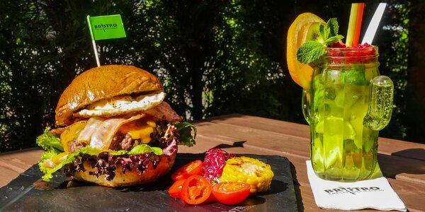 Pořádný burger, cibulové kroužky a limonáda
