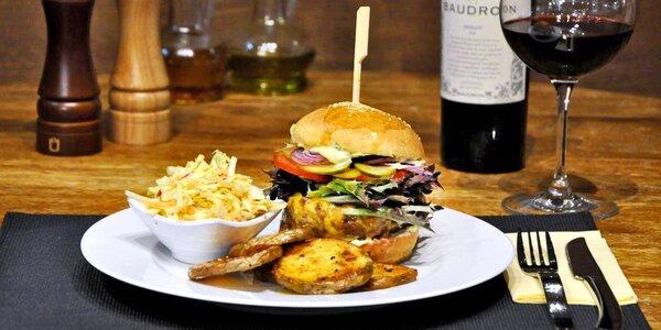 Burger s čedarem nebo s chilli a přílohy