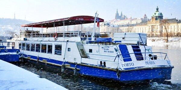 Zimní plavba po Vltavě a horký nápoj s dezertem