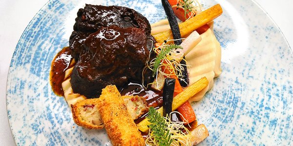 Ryba, líčka i dort a víno v restauraci Le Grill