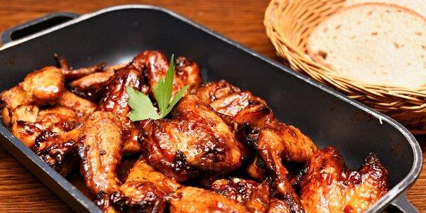 1,5 kg pečených křídel s omáčkou a pečivem