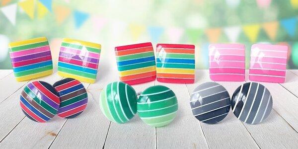 Veselé lesklé náušnice v mnoha barvách a stylech