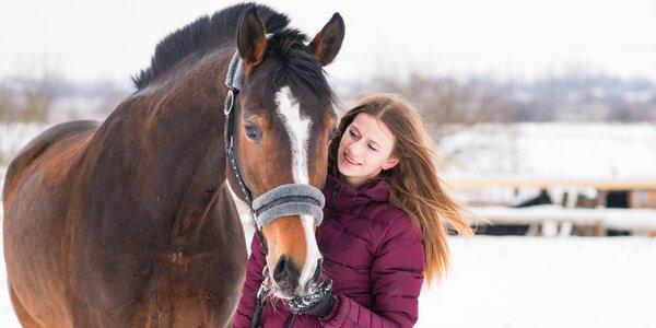 Výuková lekce jízdy na koni venku či na jízdárně