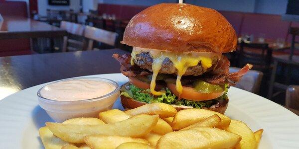 Výběr z burgerů: chilli, kuřecí i klasik