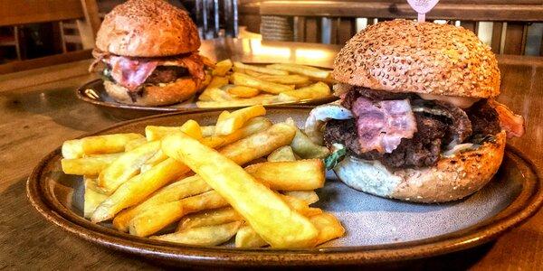 Pořádné hovězí burgery a hranolky pro 2 osoby