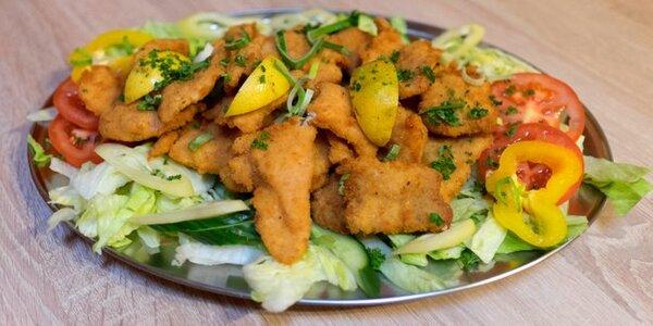 Pořádná porce kuřecích a vepřových řízečků