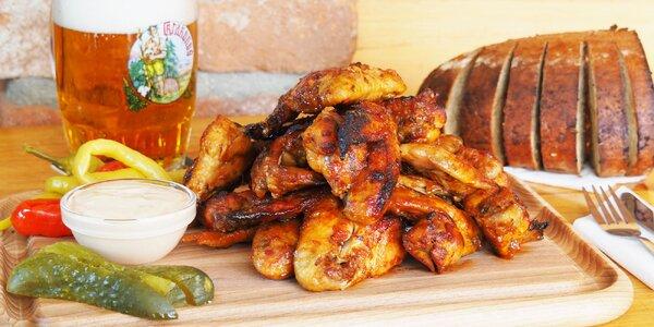 1 kg pečených kuřecích křídel a rozpečený chleba