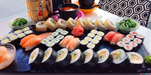 Sushi sety s rolkami maki, krevetami i závitky