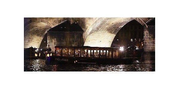 Valentýn na lodi pod Karlovým mostem