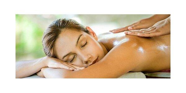 Relaxační masáž zad, šíje a pánve v salonu Masáže Letná