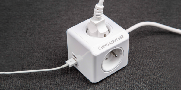 Zásuvka CubeSocket PowerCube: 4 zdířky a 2 USB