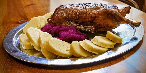 Pečená kachna včetně zelí, knedlíků a lahve vína