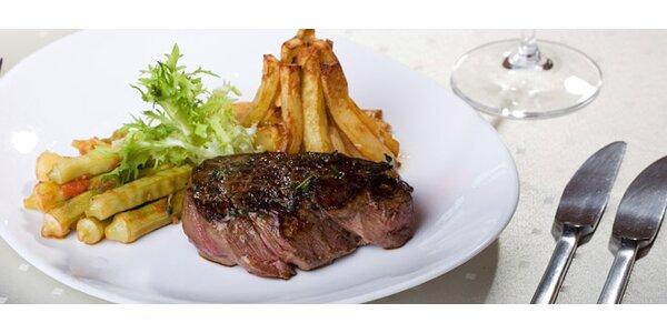 Večeře pro dva- grilovaný steak, hranolky a lahev vína