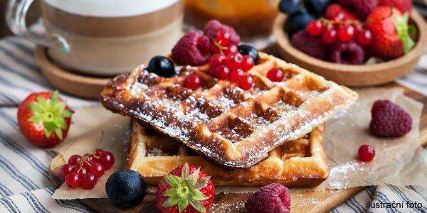 Malý podzimní brunch v kavárně: panini nebo waffle