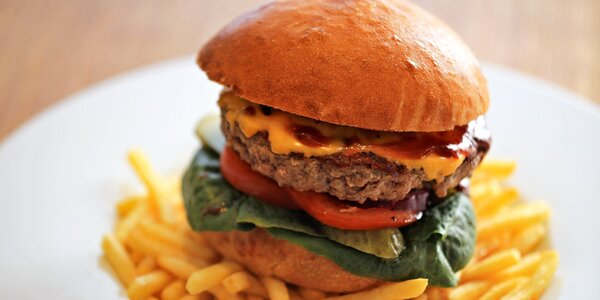 Maxi burger a slaninové hranolky na Kampě