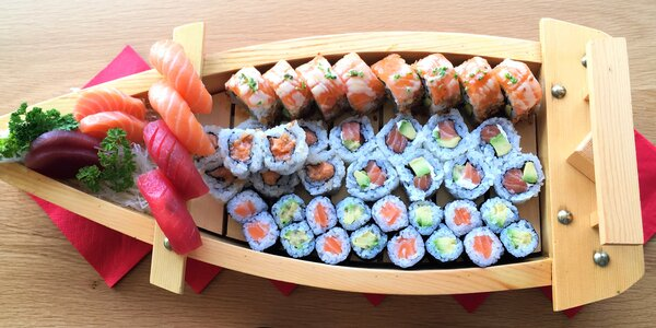 24, 32 či 40 ks sushi i s miso polévkami a saláty