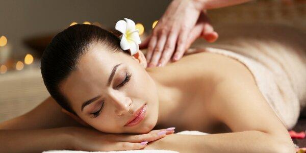 Relaxační masáž zad s použitím bylinného oleje