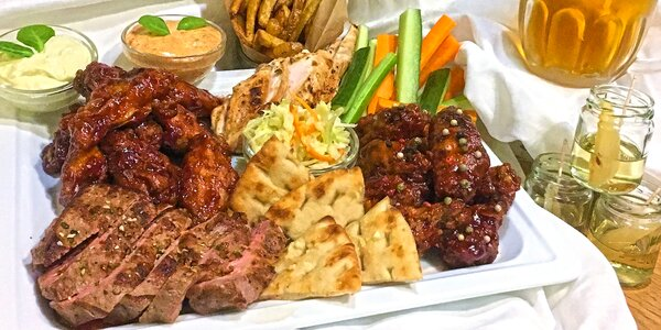 Mísa plná masa a k ní i přílohy, dipy a zelenina