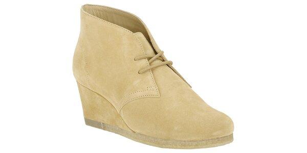 Dámské pískově žluté boty Clarks na klínku