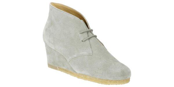 Dámské světle šedé semišové boty na klínku Clarks