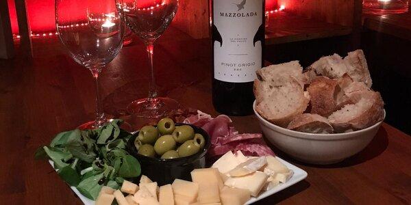 Talířek se sýry a uzeninami a bílé víno