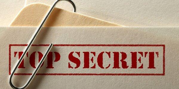 Přísně tajné: detektivní únikovka pro 2–5 hráčů s dárkem