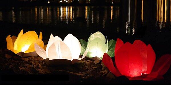 Sedm různobarevných vodních lampionů přání