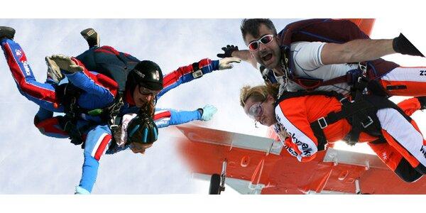 Tandemový seskok s padákem z výšky 4000 metrů