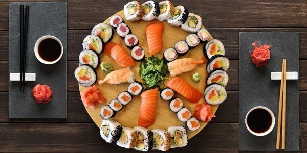 Výběr z 5 sushi setů: 24–40 ks i wakame salát