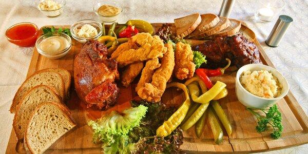 Prkno s kolenem, žebry, hranolky a salát Coleslaw