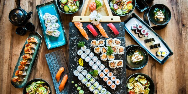 Parádní sushi sety: až 56 ks, saláty i polévky