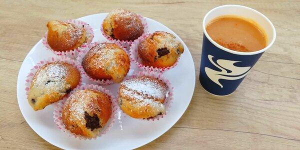Horká jablečná šťáva se skořicí a muffin