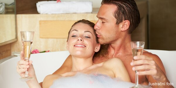 Privátní koupel pro 2 s plátky růží, sektem a ovocem