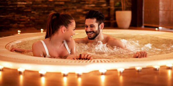 Romantické lenošení ve vířivce pro 2 osoby