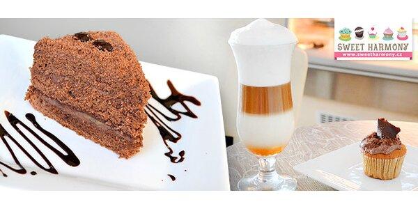 Dva dorty či cupcakes s kávami nebo čajem