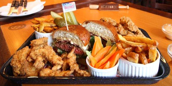 Burger, stripsy a křidélka vč. přílohy pro dva