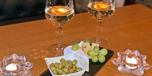 Sklenka vína a sýrový talíř pro 2 osoby