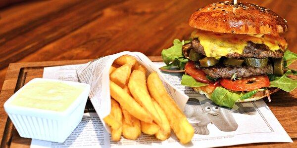 Hovězí burger, hranolky a nápoj na odnos s sebou