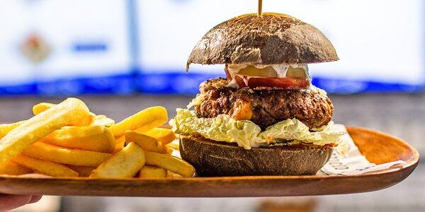 Ryba do ruky: kapří burger, hranolky a nápoj