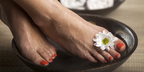 Krásné nožky: mokrá pedikúra, lakování i třeba masáž