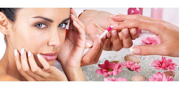 Mokrá manikúra nebo ošetřující Spa manikúra pro krásné ruce.