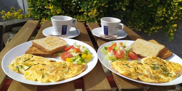 Brunch pro dva: vejce, lívanečky, jogurt i káva