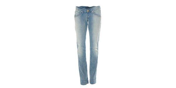 Světle modré úzké džíny s lehkým ošoupáním