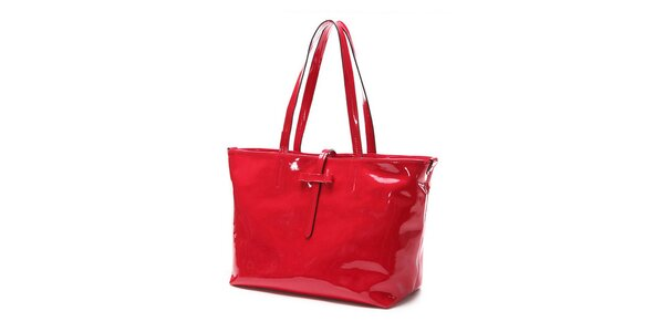 Oslnivě rudá kabelka