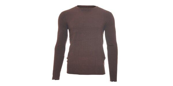 Hnědý svetr s kulatým výstřihem