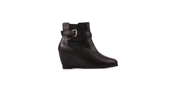 Dámské černé boty na klínku Derhy